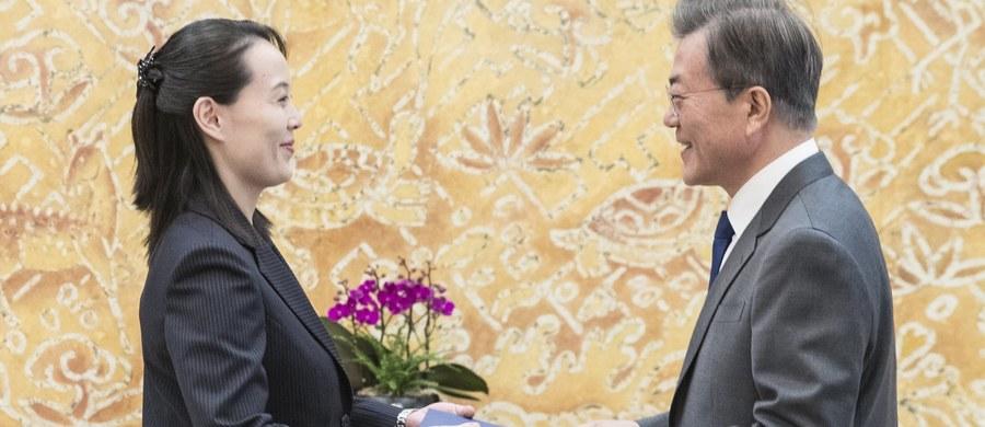 """Koreańska Centralna Agencja Prasowa podaje w niedzielę, że oficjalna delegacja Korei Północnej na igrzyska w Pjongczangu, odbyła """"szczere rozmowy"""" z prezydentem Korei Południowej Mun Dze Inem, nie wspomina jednak, że został on zaproszony przez Kim Dzong Una do odwiedzenia KRLD."""