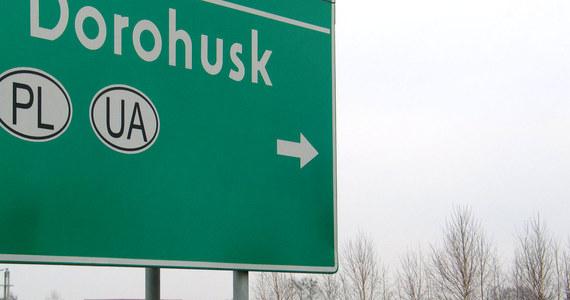 Nawet 40 godzin muszą czekać w kolejce do odprawy kierowcy ciężarówek przed przejściem granicznym z Ukrainą w Dorohusku na Lubelszczyźnie. Utrudnienia są związane z rozbudową przejścia po ukraińskiej stronie.