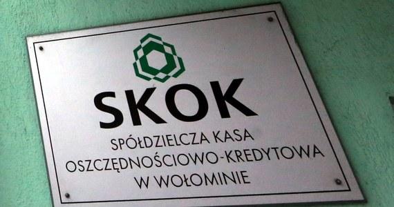 Prokuratura Okręgowa Warszawa-Praga skierowała do sądu akt oskarżenia przeciwko byłemu posłowi Władysławowi S., Dominikowi De V. oraz Tomaszowi S. w sprawie wyłudzeń ze SKOK Wołomin. Mężczyznom grozi nawet 15 lat więzienia.