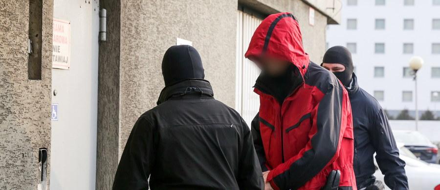 Katowiccy prokuratorzy przesłuchali już sześć osób zatrzymanych ws. nieprawidłowości przy prywatyzacji Ciechu. Są one podejrzane o niedopełnienie obowiązków, przekroczenie uprawnień i poświadczenie nieprawdy w dokumentach. Wkrótce ma zapaść decyzja w sprawie ewentualnego stosowania wobec nich środków zapobiegawczych.