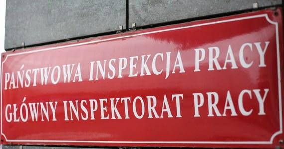 Inspektorzy Państwowej Inspekcji Pracy wkroczyli do zakładu produkcji warzyw w Krerowie w powiecie poznańskim. Zabezpieczają dokumentację, kontrolują linię produkcyjną i próbują ustalić, na jakich zasadach byli w nim zatrudniani pracownicy. Przypomnijmy - PIP wzięła firmę pod lupę po tym, gdy pracująca w niej pani Oksana – obywatelka Ukrainy - dostała udaru. Pracująca razem z nią siostra błagała szefów o wezwanie karetki. Tymczasem właściciel firmy, obiecując, że zawiezie kobiety do szpitala, woził je w swoim aucie po okolicy. Obie kobiety wysadził na przystanku i wezwał policję do… pijanej.