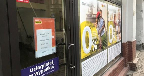 """""""Ponad połowa załogi, ponad 700 osób, dostało w całości pensje. Dla reszty na kontach spółki brakło pieniędzy"""" - mówi w rozmowie z RMF FM Grzegorz Czebotar - prezes Pośrednictwa Finansowego Kredyty-Chwilówki, czyli spółki, która zlikwidowała sieć ponad 260 biur w całej Polsce. """"Postanowienie o upadłości najpierw musi zatwierdzić sąd. Wyznaczony przez sąd syndyk pobierze pożyczkę z funduszu pracowniczego i wypłaci te zaległe świadczenia wraz z odprawami. Ten stosowny czas szacujemy na kilka miesięcy"""" - dodaje prezes w rozmowie z reporterką RMF FM."""