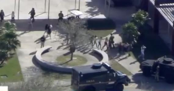 Strzelanina w szkole średniej w Parkland na Florydzie. Sprawca został zatrzymany. Biuro lokalnego szeryfa podało, że to były uczeń zaatakowanej placówki.