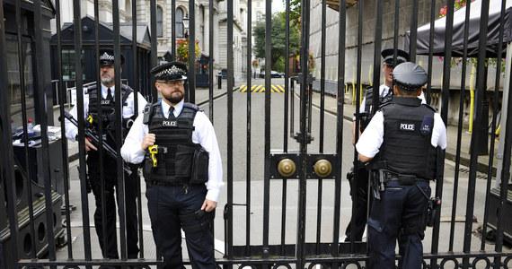 Jeden z najwyższych rangą oficerów londyńskiej policji prawdopodobnie straci posadę, w dodatku tuż przed emeryturą. Pracuje w komórce antyterrorystycznej Scotland Yardu. Nadinspektor Marcus Beale, łamiąc regulamin, przechowywał tajne dokumenty w bagażniku swojego samochodu. Zostały one skradzione. Co więcej, nie ma nawet pewności, kiedy to się stało.