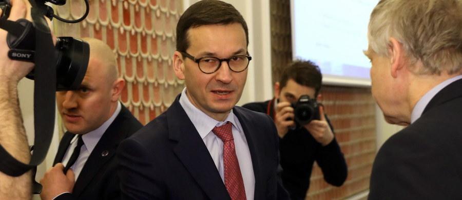 """Powinny powstać wspólne projekty badawcze, by wyjaśnić, ilu w okupowanej Polsce było ludzi, którzy popełnili zbrodnie, np. wydając Żydów - mówi w wywiadzie dla """"Die Welt"""" premier Mateusz Morawiecki. Ale nie można stracić z oczu sytuacji w okupowanej przez Niemców Polsce - dodał."""