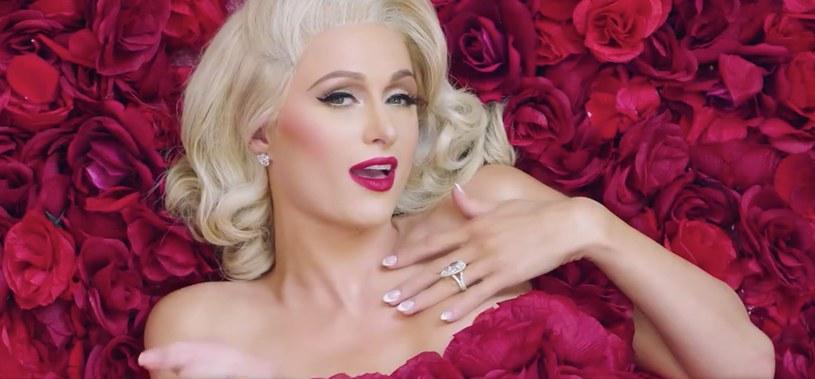 12 lat temu mogliśmy ostatni raz usłyszeć śpiewającą Paris Hilton. Od tamtej pory fani wyczekują nowości od dziedziczki fortuny, jednak ta do tej pory zajmowała się jedynie byciem DJ-em. W końcu Paris zdecydowała się nagrać nowy kawałek i zaprezentowała go w walentynki.