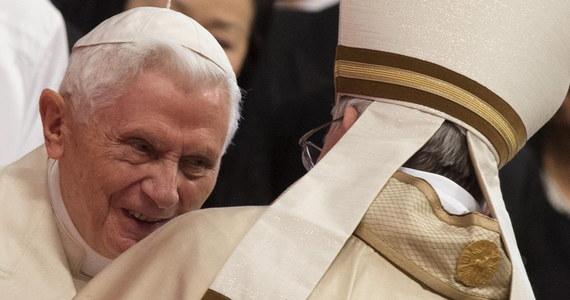 """Watykańskie biuro prasowe zdementowało słowa księdza Georga Ratzingera, brata emerytowanego papieża Benedykta XVI, jakoby cierpiał on na postępujący paraliż. O tej chorobie niemiecki ksiądz mówił w wywiadzie dla tygodnika """"Neue Post""""."""