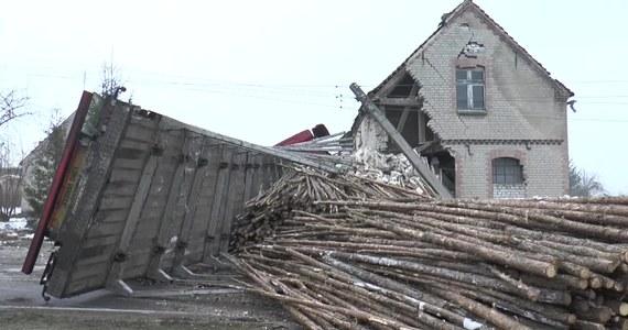 Około 6 nad ranem w miejscowości Trzebin w województwie zachodniopomorskim doszło do zderzenia ciężarówki przewożącej drewno z busem. Ciężarówka w wyniku wypadku uderzyła w słup energetyczny i budynek gospodarczy. Następnie przewróciła się, a drewno wysypało się na jezdnię. Do szpitala trafił kierowca busa, którego z zakleszczonego pojazdu musieli wyciągać strażacy. To on miał spowodować wypadek, nie ustępując pierwszeństwa po wyjechaniu z drogi podporządkowanej.
