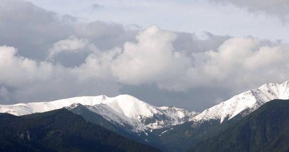 Lawina zeszła na trzech Polaków podczas wspinaczki lodospademz Doliny Małej Zimnej Wody na Łomnicką Grań - informująratownicy ze słowackiego górskiego pogotowia ratunkowego.