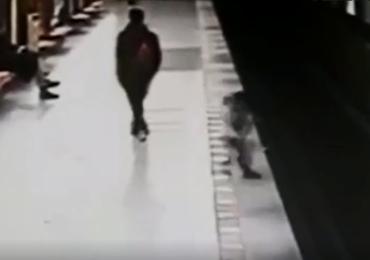 Dwulatek spadł na tory metra. Dramatyczne nagranie