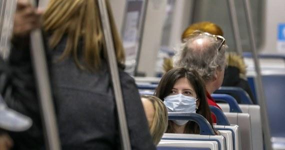"""Dorośli, którzy otrzymali szczepionkę przeciw grypie są o ok. 36 proc. mniej narażeni na rozwój choroby, dzieci natomiast aż o 59 proc. - podał w piątek Reuters. """"Intensywny sezon grypowy"""" w USA może trwać jeszcze przez kilka tygodni. W tym sezonie odnotowano w USA 63 zgonów dzieci, aż trzy czwarte z nich to te, które nie zostały zaszczepione przeciwko grypie, powiedziała Anne Schuchat p.o. dyrektora Centrum Kontroli i Prewencji Chorób podczas konferencji prasowej."""