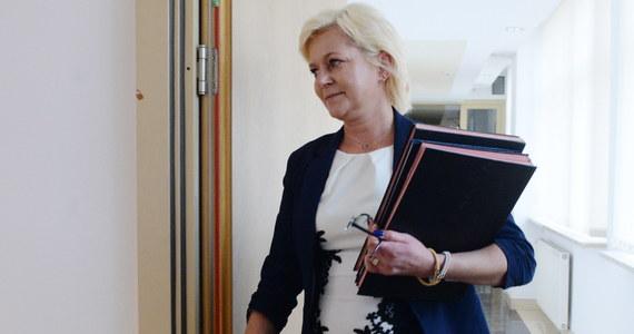 """O kolejne 150 milionów złotych może wzrosnąć koszt przeprowadzenia wyborów samorządowych - mówi w rozmowie z reporterem RMF FM Beata Tokaj, szefowa Krajowego Biura Wyborczego. To oznacza, że w tegorocznym budżecie brakuje prawie 300 milionów złotych na organizację głosowania. W związku z tym, Krajowe Biuro Wyborcze - na początku przyszłego tygodnia - zwróci się do Ministerstwa Finansów z prośbą o przekazanie dodatkowych pieniędzy na organizację wyborów samorządowych. """"Dostęp do transmisji z lokali wyborczych to jeden z najtrudniejszych obowiązków do spełnienia """" - przyznała następnie Tokaj."""