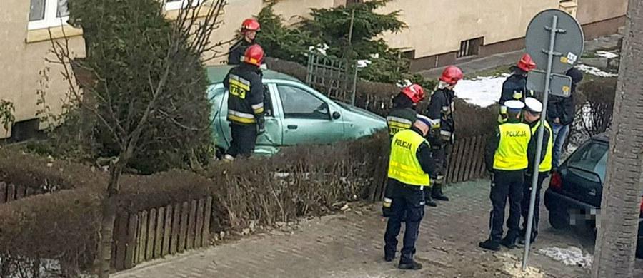 O dużym szczęściu może mówić kierowca seledynowego fiata, który wpadł do małego ogródka przy bloku przy ul. Styczyńskiego w Chorzowie.