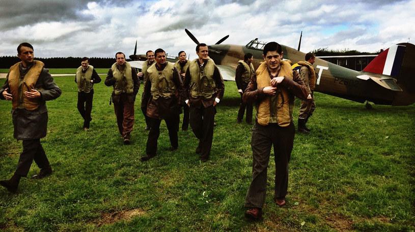 """""""303. Bitwa o Anglię"""" to pełna rozmachu i emocjonujących podniebnych walk superprodukcja opowiadająca niesamowitą historię Dywizjonu 303 imienia Tadeusza Kościuszki - legendarnych polskich lotników, którzy stali się najskuteczniejszymi pilotami podczas bitwy o Anglię w czasie II wojny światowej."""