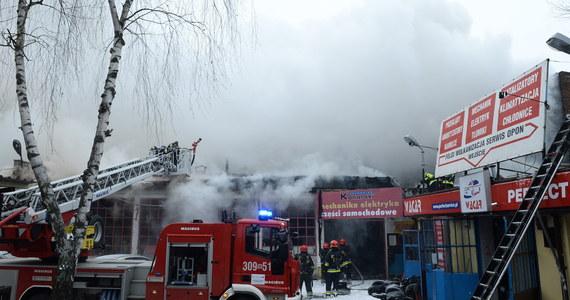 Pożar warsztatu samochodowego na warszawskim Mokotowie. Nad budynkiem unosiły się kłęby dymu. Gaszenie pożaru trwało do późnego popołudnia.