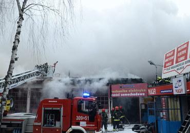 Warszawa: Gaszenie pożaru warsztatu samochodowego potrwa do wieczora