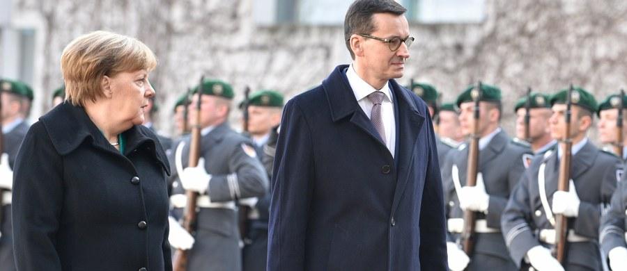 """""""Polska i Niemcy mogą być lokomotywą wzrostu dla całej UE"""" – mówił w Berlinie premier Mateusz Morawiecki po spotkaniu z kanclerz Niemiec Angelą Merkel. Politycy zapowiedzieli, że Polska i Niemcy mogą współpracować m.in. w projektach związanych z obronnością. Oświadczyli też, że mają różne poglądy, jeżeli chodzi o Nord Stream 2."""