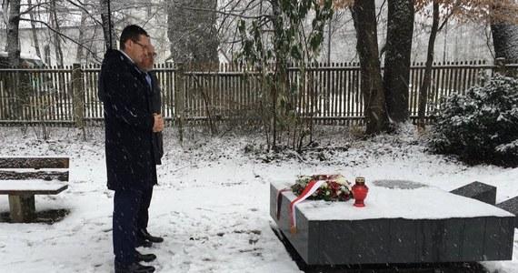 Premier Mateusz Morawiecki złożył w sobotę kwiaty i zapalił znicze przy grobach żołnierzy Brygady Świętokrzyskiej Narodowych Sił Zbrojnych oraz pod pomnikiem poświęconym robotnikom przymusowym różnych narodowości nieopodal Monachium.