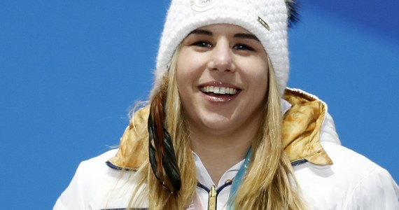 Ester Ledecka, która wczoraj niespodziewanie zdobyła w Pjongczangu złoty medal olimpijski w supergigancie, jechała na nartach używanych wcześniej przez Amerykankę Mikaelę Shiffrin. Tajemnicę już po zawodach ujawnił trener Czeszki Tomas Bank.