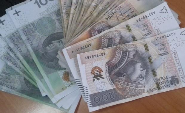 Zarzuty kradzieży, podrabiania pieniędzy i wprowadzania ich do obrotu usłyszał 39-letni mieszkaniec Skierniewic (Łódzkie), który podbierał oszczędności własnej babci, podkładając jej falsyfikaty. Grozi mu nawet 25 lat więzienia.