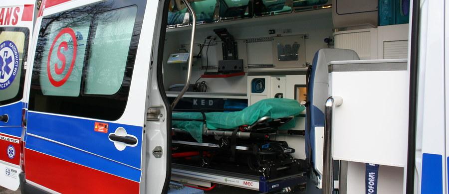 Pożar w Śliwnicy na Podkarpaciu mógł być próbą ukrycia rodzinnej tragedii - dowiedział się reporter RMF FM. W sobotę wieczorem strażacy na pierwszym piętrze domu wielorodzinnego znaleźli dwie osoby - 35-letnią kobietę i jej dwuletniego synka. Matka i dziecko mieli rany kłute. Chłopiec zmarł w szpitalu. Wszystko wskazuje na to, że chłopiec został zabity przez matkę - poinformowała rzeczniczka Prokuratury Okręgowej w Przemyślu Marta Pętkowska.