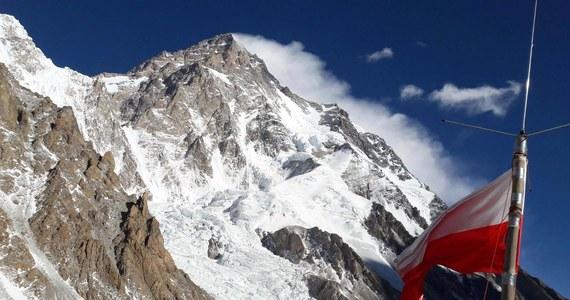 """Na wysokość 6800 metrów dotarli uczestnicy polskiej zimowej wyprawy na K2, czyli ostatni niezdobyty o tej porze roku 8-tysięcznik. Noc spędzają tam Adam Bielecki i Denis Urubko. W poniedziałek zamierzają pokonać kolejny fragment drogi. """"Będą prowadzić dalej pod Czarną Piramidę. Będą chcieli ją """"przewspinać"""" i jeśli pozwoli pogoda, postawić namiot nad Czarną Piramidą - na 7100, 7200 lub 7300. Taki jest plan"""" - mówi RMF FM z bazy pod K2 kierownik wyprawy Krzysztof Wielicki. """"Pozostałe dwa zespoły pracowały w ścianie, ubezpieczając do obozu drugiego linami. Jeden zespół schodzi, a drugi jutro będzie wynosił tam sprzęt i namiot"""" - dodaje w rozmowie z dziennikarzem RMF FM Michałem Rodakiem. Polacy będą chcieli wykorzystać jeszcze dwa dni sprzyjających warunków. Później zapowiadane jest załamanie pogody."""