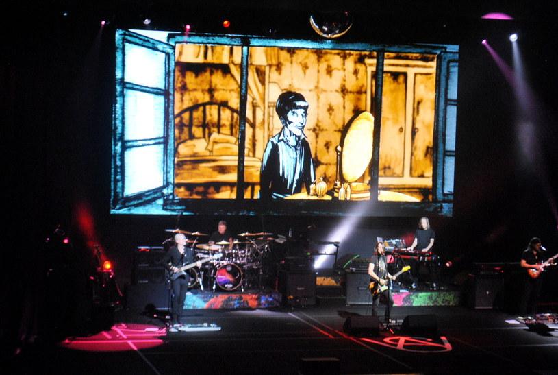 """W sobotę (17 lutego) Steven Wilson miał okazję ponad dwudziesty raz zagrać w Polsce, wliczając w to jego koncerty z projektami Porcupine Tree, Blackfield, No-Man czy w końcu te z solowym materiałem. W ramach """"To the Bone Tour"""" - trasy promującej jego najnowszy album - dał dwa koncerty: w Zabrzu i w Poznaniu. Na tym pierwszym, w Domu Muzyki i Tańca, po raz kolejny było wyjątkowo i muzycznie - jak zawsze - na najwyższym poziomie. Pozostał jednak lekki niedosyt."""