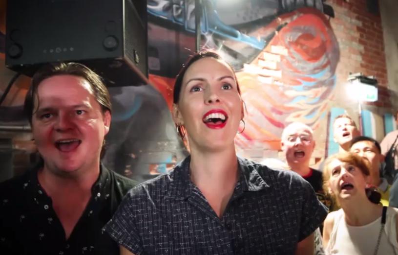 """Furorę na Facebooku robi wykonanie przeboju """"Zombie"""" The Cranberries przez 500 członków Pub Choir - przypadkowych osób śpiewających razem w australijskim Brisbane."""