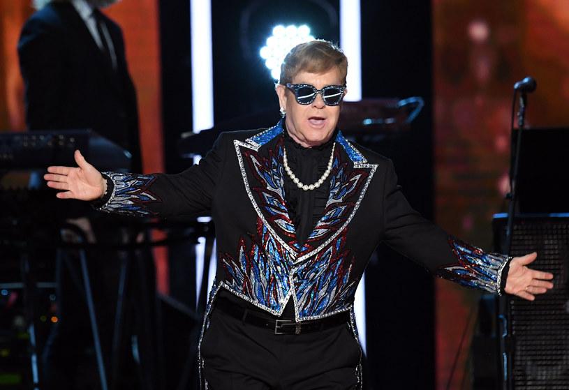 Podczas koncertu Eltona Johna w Las Vegas doszło do nieprzyjemnego zdarzenia. Muzyk musiał przerwać swój występ po tym, jak w trakcie jednej z piosenek dostał w twarz naszyjnikiem.