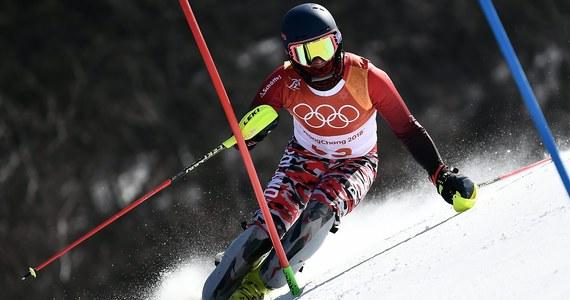 Szwed Andre Myhrer wygrał slalom igrzysk olimpijskich w Pjongczangu. Srebro zdobył Szwajcar Ramon Zenhaeusern, a brąz Austriak Michael Matt. Drugiego przejazdu nie ukończył 30. na półmetku Michał Jasiczek, podobnie jak lider Norweg Henrik Kristoffersen. Dla 35-letniego Myhrera - najstarszego w historii mistrza olimpijskiego w slalomie (urodził się 11 stycznia 1983 roku) - to największy sukces w karierze. Do tej pory miał brązowy medal igrzysk 2010 roku w Vancouver, również w slalomie.