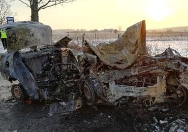 5 osób zginęło w wypadku pod Braniewem. Samochód uderzył w drzewo i stanął w płomieniach