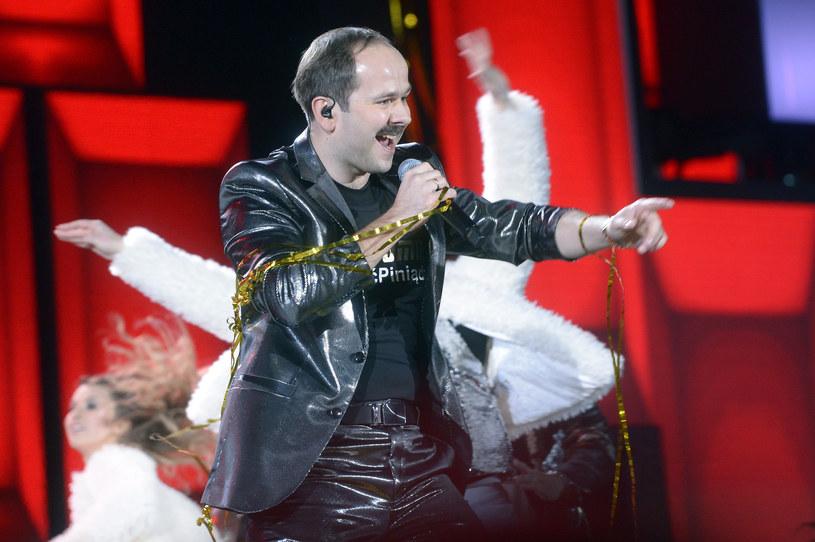 """Ostatecznie tydzień później, w niedzielę 11 marca, na antenie TVP2 wystartuje nowy muzyczny show """"Big Music Quiz"""". Gospodarzem programu został Sławomir, który ostatnio robi furorę za sprawą przeboju """"Miłość w Zakopanem""""."""