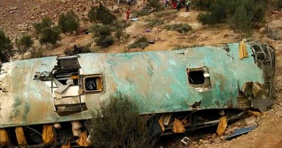 Co najmniej 44 osoby zginęły w wypadku autobusu w Peru. Pojazd wypadł z krętej drogi położonej w górzystym terenie, na zakręcie autostrady panamerykańskiej.