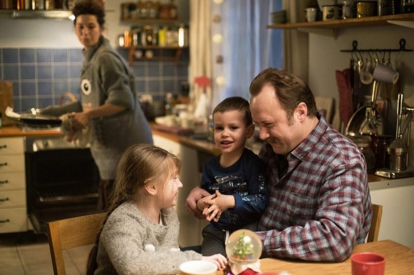"""Podczas zdjęć do komedii świątecznej """"Miłość jest wszystkim"""" Leszek Lichota nie rozstawał się z plastikowym pojemnikiem na kanapki. Ten prozaiczny przedmiot symbolizuje trudną sytuacją rodzinno-zawodową jego bohatera."""