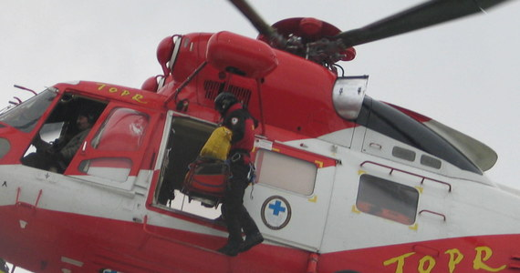 Od początku sezon już ponad 2 tysiące narciarzy potrzebowało pomocy ratowników na stokach w rejonie Zakopanego. To niechlubny rekord - mówią ratownicy Tatrzańskiego Ochotniczego Pogotowia Ratunkowego