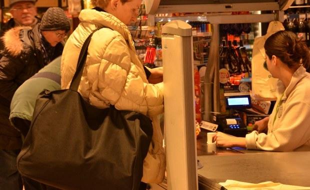 Ograniczenie niedzielnego handlu nie przywróci niedziel polskim rodzinom - tak jak w założeniu planował rząd. Pracować w dużych sklepach trzeba będzie nocami. Sieci handlowe mają już gotową strategię przed wejściem w życie nowych przepisów. Po raz pierwszy, sklepy nie będą pracować w niedzielę 11 marca.