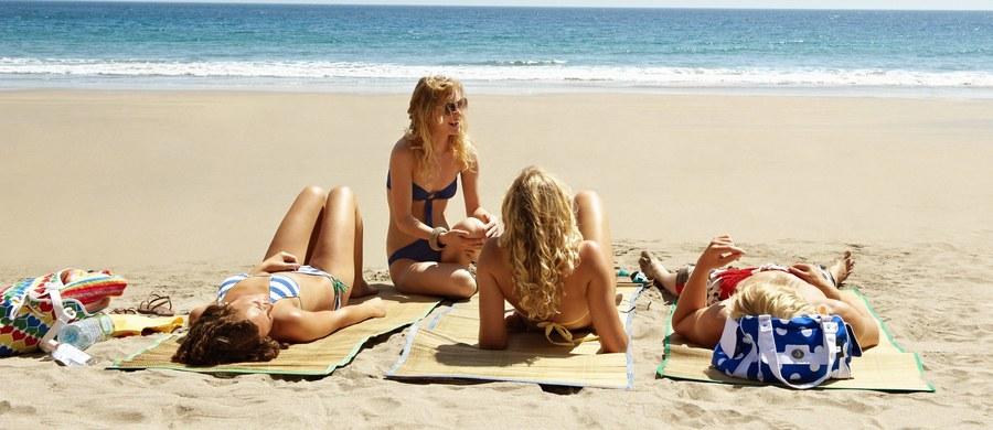 Z biegiem lat zanika słynna biała plaża w Stintino na Sardynii. By ratować ubywające, kredowobiałe ziarenka piasku burmistrz chce wprowadzić zakaz opalania na ręcznikach.