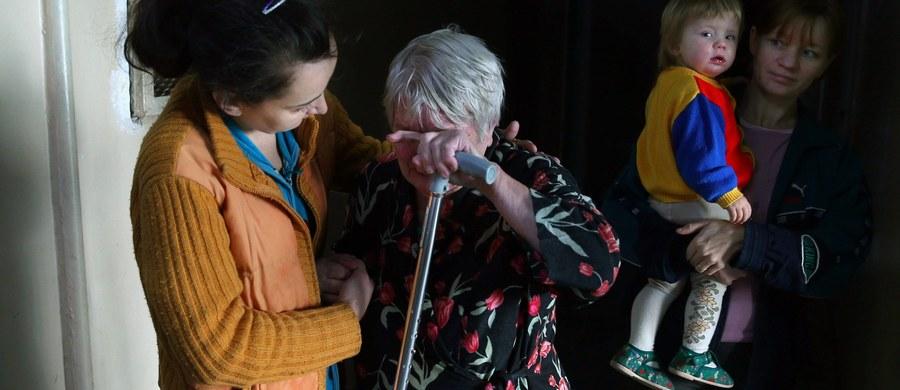 Prawie cztery godziny trwały poszukiwania 82-latki, która około godziny 3:00 nad ranem wyszła z domu wnuczki w Pabianicach pod Łodzią. Kobieta miała wcześniej problemy z pamięcią. Policjanci znaleźli ją wychłodzoną i wystraszoną pod zaparkowanym nieopodal samochodem. Nie miała sił, żeby wyjść spod dostawczego auta.