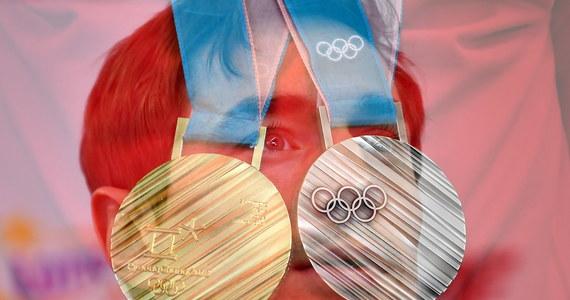 Dwa medale to chyba max, co może z tego być. Teoretyczne szanse ma jeszcze Justyna Kowalczyk, za którą mocno zaciskam kciuki, ale igrzyska to nie bajka, więc będzie bardzo ciężko. Mam na myśli oczywiście dorobek medalowy całej naszej reprezentacji. I nie zamierzam tu hejtować sportowców, bo to herosi, którzy wiele poświęcają, żeby móc walczyć z najlepszymi i mieć szanse na laury. Problem polega jednak na tym, że nikt jakoś nie pali się do pomocy.
