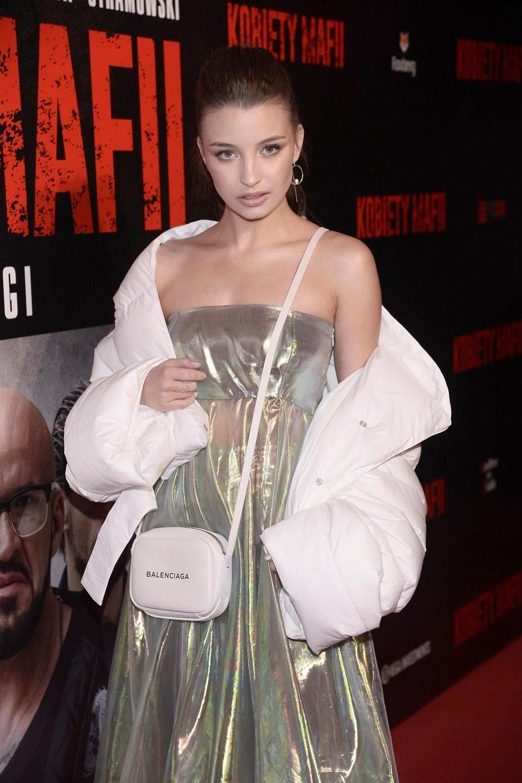 """Rola w """"Kobietach mafii"""" była dla 19-letniej Julii Wieniawy skokiem na głęboką wodę, pierwszą pełnokrwistą kreacją w jej karierze. Ta wschodząca gwiazda kina w nowym filmie Patryka Vegi wciela się w zbuntowaną córkę szefa grupy przestępczej."""