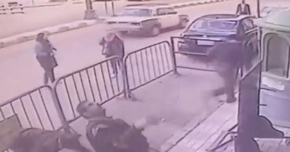 Egipskim policjantom udało się złapać 3-latka, który spadł z balkonu na drugim piętrze.