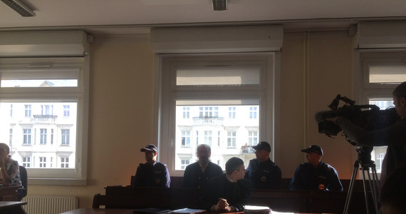 """Przed poznańskim sądem po raz kolejny stanął dziś Arkadiusz Ł. ps. """"Hoss"""". To on zdaniem policji i prokuratury odpowiada za powstanie i zorganizowanie grupy przestępczej, okradającej seniorów w Polsce i na zachodzie Europy. Razem z """"Hossem na ławie oskarżonych zasiada jego brat – Adam P. Obaj mieli wymyślić i opracować metodę kradzieży """"na wnuczka""""."""