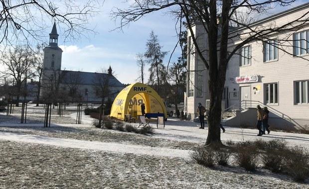 Twoje Miasto w Faktach RMF FM zawitało na mroźne Podlasie. Odwiedziliśmy prawdziwą perłę tej krainy - Supraśl, miasto nad rzeką o tej samej nazwie, siedzibę gminy w powiecie białostockim. Przed Domem Ludowym stanęło żółto-niebieskie miasteczko RMF FM.