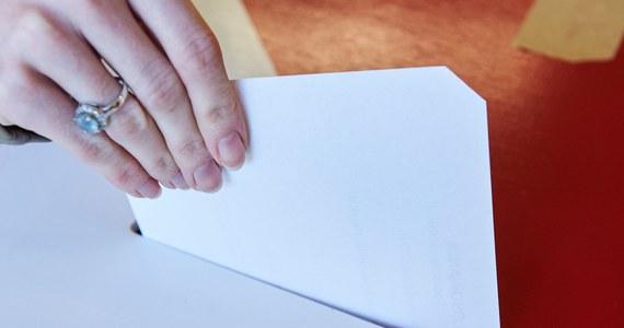 Do Ministerstwa Spraw Wewnętrznych i Administracji wpłynęło do tej pory 687 zgłoszeń od osób, które posiadają wyższe wykształcenie prawnicze i są zainteresowane pełnieniem funkcji komisarza wyborczego - poinformowało w sobotę MSWiA. Wśród nich są adwokaci, radcowie prawni i sędziowie.