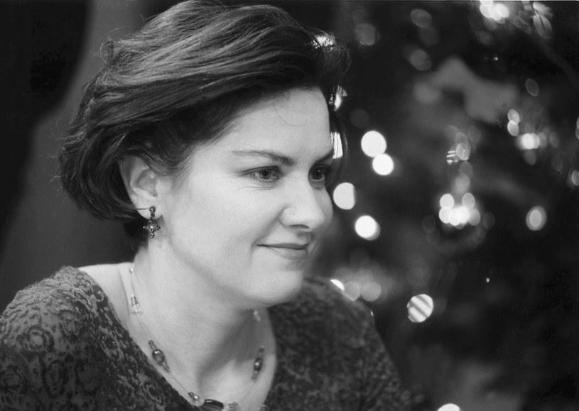"""Nie żyje aktorka Agnieszka Kotulanka. Była gwiazda serialu """"Klan"""" zmarła 20 lutego, jednak dopiero w sobotę rodzina poinformowała o jej śmierci. Nekrolog ukazał się na łamach """"Gazety Wyborczej"""". Przyczyny śmierci gwiazdy nie są znane. Miała 61 lat."""