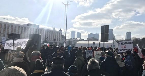 Kilkaset osób wzięło udział w proteście przeciwko budowie pomnika ofiar katastrofy smoleńskiej na placu Piłsudskiego w Warszawie. Uczestnicy przeszli sprzed Zamku Królewskiego w okolice miejsca, gdzie powstaje monument - informuje dziennikarz RMF FM Michał Dobrołowicz.