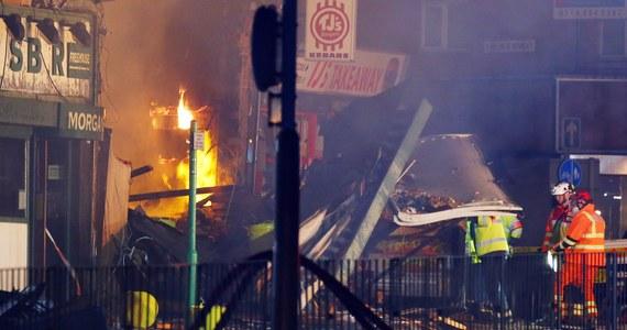 Cztery osoby zginęły, a kolejne cztery zostały ranne w potężnym wybuchu, do którego doszło w brytyjskim mieście Leicester. Na parterze budynku mieściły się polskie delikatesy, a nad nimi dwa mieszkania. Poranne brytyjskie gazety chwalą przechodniów, którzy tuż po eksplozji gołymi rękoma wydobywali z gruzów rannych. Według policji, nic nie wskazuje na to, by wybuch w Leicester był związany z działalnością terrorystów.