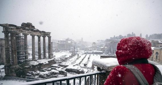 W Rzymie w nocy spadł śnieg. To wyjątkowo rzadkie zjawisko w Wiecznym Mieście przyniósł front syberyjskiego zimna, który nazwano Buran.