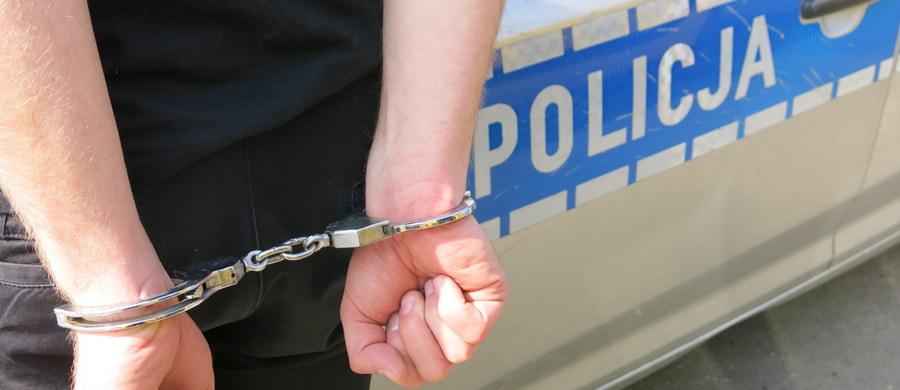 Gdyńscy policjanci znaleźli 9 kg amfetaminy ukryte w aucie w zbiorniku na gaz LPG. W sprawie zatrzymano 34-letniego gdynianina. Po przedstawieniu mu zarzutów mężczyzna został aresztowany. Grozi mu kara do 10 lat więzienia.