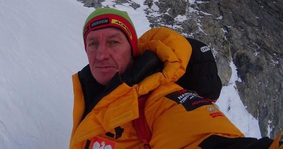 """Po nieudanej próbie samotnego wejścia na szczyt K2 Denis Urubko zdecydował o opuszczeniu polskiej zimowej wyprawy - taka informacja przekazana została na facebookowym profilu programu Polski Himalaizm Zimowy. Jak podano, decyzję podjął sam Urubko, który z gór Tienszan, skąd pochodzi, wyniósł przekonanie, że sezon zimowy w górach kończy się wraz z ostatnim dniem lutego. """"Decyzja ta została zaakceptowana przez uczestników wyprawy, którzy nie widzieli dalszej możliwości współpracy z Denisem po jego samodzielnej próbie zdobycia wierzchołka"""" - zaznaczono również w krótkim komunikacie."""